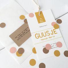 Geboortelabel met confetti okergeel/zalmroze/kraftkarton. Designed by Huis & Grietje #geboortekaart #geboortelabel #labelkaart