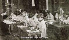 Anasınıf öğrencileri el işi dersinde, 1940'lar