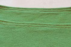 piqure-double -  Utiliser une aiguille double donne une jolie finition : elles sont idéales pour faire des ourlets sur des étoffes tricotées comme le jersey par exemple. Mais on peut rencontrer deux principaux problèmes quand on pique avec une aiguille double : des points peuvent sautés ou alors une sorte de tunnel se forme entre les deux piqûres. Mais en faisant attention, on élimine vite ces problèmes. Voici comment :