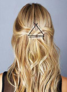 Les épingles à cheveux ? Toute beauty addict en possède dans sa salle de bain. De formes et de tailles variées, cet outil indispensable peut se transformer en véritable accessoire ultra tendance ! Découvrez notre sélection de coiffures à réaliser avec juste, 2, 3 épingles ! Laissez parler votre créativité !