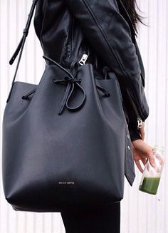 Bucket Bag Trend: Ann Kim with her huge bucket bag from Mansur Gavriel Fashion Mode, Look Fashion, Fashion Bags, Womens Fashion, Latest Fashion, Fashion Trends, Outlet Michael Kors, Handbags Michael Kors, Mk Handbags
