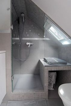 Great layout for a small bathroom with sloping ceilings - Bäder nur mit Dusche - Badezimmer Attic Shower, Small Attic Bathroom, Loft Bathroom, Upstairs Bathrooms, Bathroom Design Small, Simple Bathroom, Bathroom Ceilings, Bathroom Ideas, Bathroom Plumbing