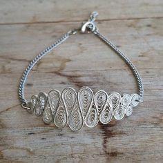 Telkaride simetriyi sevmiyorum.. Yaşasın #asimetri #gümüş #bileklik #bracelet #silverjewelry #handmadejewelry #tasarimtaki #gümüştakı #silverfiligree #telkari #wirewrap #chainbracelet #etsy #jotd #handmadeloves #jewelrydesign #contemporaryjewelry #yaseatolye #customdesign #kisiyeozel #ozeltasarim