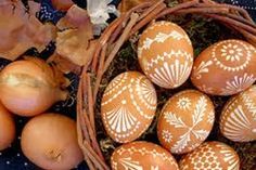 Buy brown eggs - paint with a white pen Easter Crafts, Christmas Crafts, Christmas Decorations, Happy Easter, Easter Bunny, Eastern Eggs, Egg Shell Art, Easter Egg Pattern, Egg Tree