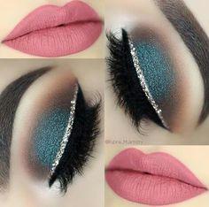 Ojos azules con delineado platedo y labios rosas