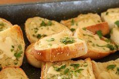 לחם שום מהיר עם גבינה צהובה Hot Dog Buns, Hot Dogs, Cocktail, Bread, Dinner, Recipes, Food, Suppers, Rezepte