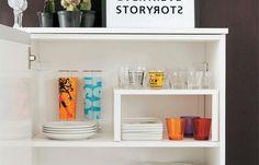 Otimização de espaços nos armários! Com prateleiras para dividir o espaço você consegue guardar mais coisas em um mesmo local.