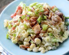 Cette salade de pâtes fait littéralement fureur à la maison... C'est un mélange classique de la salade de pâtes que l'on connaît, mais avec du bacon!