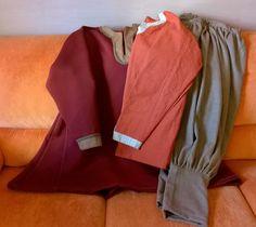 Viikingille vaatteita: tunika, paita ja housut.