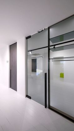 Glass pivot door Glass pivot door with black glass patch fittings with a built-in self-closing pivot hinge. The glass is 10 mm thick grey coloured tempered glass. The product is called Portapivot GLASS. Küchen Design, Glass Design, House Design, Placard Design, Sliding Door Design, Tempered Glass Door, Door Fittings, Pivot Doors, Modern Door