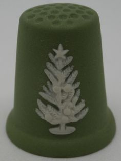 Dedal Christmas 1981. Wedgwood. Blanco sobre verde jasperware. Inglaterra. Thimble-Dedal-Fingerhut. Snow Pictures, Sewing Kits, Ceramic Materials, Pincushions, Sewing Accessories, Antique Stores, Wedgwood, Needle And Thread, Christmas And New Year