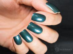 Fuja das cores básicas de sempre com as nails metalizadas na cor verde-esmeralda <3