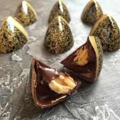 Chocolate Bonbon, Chocolate Girls, Chocolate Shop, Chocolate Truffles, Homemade Chocolate, Chocolate Desserts, Candy Recipes, Dessert Recipes, Blog Patisserie