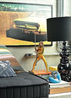 Na mesa lateral da sala uma boneca do Kill Bill