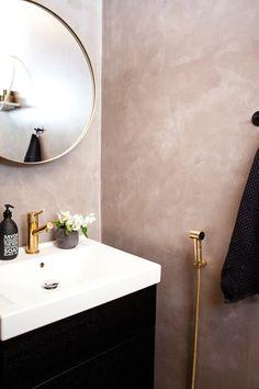 Mikrosementillä pinnoitetut seinät toivat vessan vuoteen 2016. Työn suoritti Pisarameri. Messinkisinä kiiltävä hana ja käsisuihku ovat Tapwellin. Bathroom Interior Design, Home Decor Inspiration, Hana, Sweet Home, Indoor, Mirror, Furniture, Bathrooms, Toilets