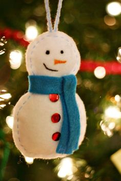handmade felt snowman ornament - crafts ideas - crafts for kids Diy Felt Christmas Tree, Christmas Decorations To Make, Handmade Christmas, Christmas Projects, Felt Crafts, Holiday Crafts, Felt Snowman, Snowman Ornaments, Diy Snowman