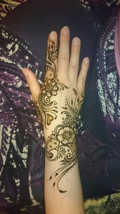 Design by Lively Arts Henna  Facebook/livelyartshenna