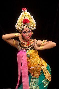 BALINESE DANCER....BALI....INDONESIA.....PHOTO BY JIM ZUCKERMAN.....PARTAGE OF VILLA SEMADHI PEMUTERAN BALI......