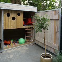Stoer speelhuis van steigerhout, dit speelhuisje is af te sluiten met een XXL deur. Lekker spelen in de zandbak of omhoog klimmen en klauteren.