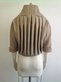 Pleated jacket back detail - creative pattern cutting; fabric manipulation // Helen Rix - Fashion up Trend Techniques Couture, Sewing Techniques, Draping Techniques, Couture Details, Fashion Details, Pattern Cutting, Pattern Making, Fashion Art, Trendy Fashion
