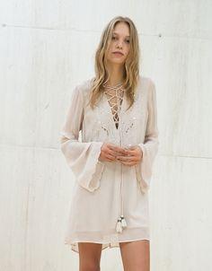 Vestido escote con cordones bordados espejos - Vestidos - Bershka España