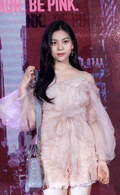 How she look Gfriend And Bts, Sinb Gfriend, Kpop Girl Groups, Kpop Girls, Gfriend Profile, Kim Ye Won, Cloud Dancer, G Friend, Woman Crush