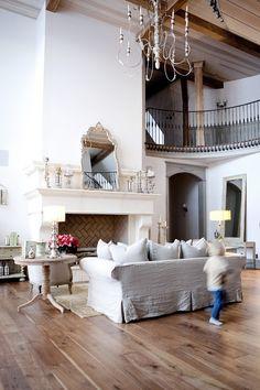 Этот дом - настоящая конфетка! Или марципановый торт. Внешне похожий на небольшой замок, внутри он современный, стильный и невероятно уютный.  http://faqindecor.com/ru/dom-mechty-dvorec-semejnogo-tipa/