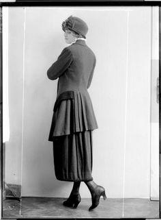 """Description: Dame in einem Kostüm der """"Wiener Werkstätte"""", von Eduard Josef Wimmer-Wisgrill entworfen, einen Hut tragend Creator: Madame d'Ora, Atelier Date: 1920-09-14"""
