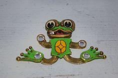 Ohrringe - Vintage Frosch Brosche mit funkelndem Stein - ein Designerstück von VitaMonella bei DaWanda