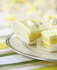Diabetic No-Bake Lemon Bars from Recipe for Living Sugar Free Desserts, Mini Desserts, No Bake Desserts, Just Desserts, Dessert Recipes, Delicious Cake Recipes, Pound Cake Recipes, Diabetic Recipes, Cooking Recipes
