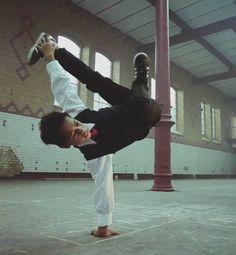 """""""With A Piece Of Chalk"""" est un court métrage émouvant qui mélange breakdance, enfance et cour de récréation. Un jeune garçon victime d'une enfance diffici"""