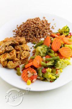 Dietetyczny obiad. Dietetyczny indyk z kaszą gryczaną i warzywami Food And Drink, Rice, Chicken, Cooking, Fitness, Foods, Drinks, Diet, Pies