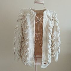 51 fáciles y lindos patrones de Cárdigan de ganchillo gratis para 2019 - Page 24 of 57 - Blog de Ganchillo Crochet Woman, Knitting, Sweaters, Clothes, Fashion, Outfits, Knitted Baby Cardigan, Knits, Sweater Vests