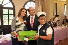 El mandatario estatal Javier Duarte de Ochoa y su esposa, la señora Karime Macías de Duarte, entregaron obsequios a los niños que participaron en el XXXV Concurso Nacional de Pintura Infantil El Niño y la Mar.
