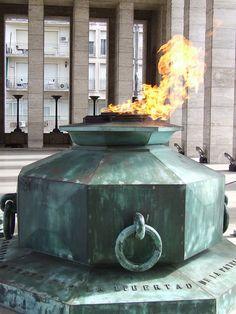 """""""EL FUEGO ETERNO"""" en el Monumento a La Bandera, en Rosario, provincia de Santa Fe, Argentina."""