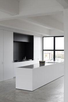 Gladde betonvloer in de keuken