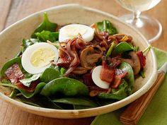 Perfect Spinach Salad recipe from Ree Drummond via Food Network This looks so good. It is served with warm bacon dressing and olive cheese bread pinned under breads. Top Recipes, Cooking Recipes, Healthy Recipes, Family Recipes, Healthy Meals, Pasta Recipes, Cooking Tips, Warm Bacon Dressing, Mustard Dressing