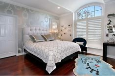Silver gray turquoise blue bedroom design with soft gray walls, white tufted headboard, Glamour Girl rug by Lulu Guinness, white White And Silver Wallpaper, Metallic Wallpaper, Wall Wallpaper, Black Wallpaper, Decoration Inspiration, Interior Inspiration, Design Inspiration, Decor Ideas, Interior Ideas