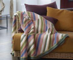 En plaid er god til efterårets og vinterens mørke og kolde aftener, og så pynter det samtidig i dit hjem