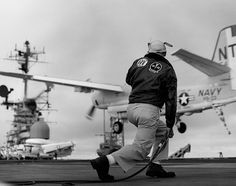 Navy Grumman Tracker of antisubmarine squadron Screwbirds, Carrier Anti-Submarine Air Group 59 passes by a Landing Signal Officer (LSO) on its way to trapping on board the aircraft carrier USS Hornet in Us Navy Aircraft, Navy Aircraft Carrier, Us Navy Uniforms, Grumman Aircraft, Uss Hornet, Fixed Wing Aircraft, Naval History, Flight Deck, United States Navy