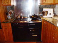 in der Küche steht ein weiterer Holzherd: ein Kombiherd Holz-Elektro