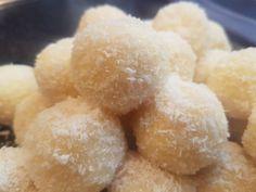 Raffaello golyó Onion Rings, Food And Drink, Sugar, Ethnic Recipes, Projects, Sweets, Truffles, Raffaello, Log Projects