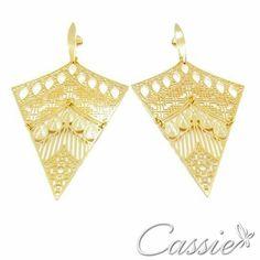 Brinco Radha folheado a ouro com garantia. Brinco leve e super moderno.   ➖➖➖➖➖➖➖➖➖➖➖➖➖ ⏩ Use o Cupom de desconto CA10 e ganhe 10% de desconto. ⏪ ➖➖➖➖➖➖➖➖➖➖➖➖➖ #Cassie #semijoias #acessórios #moda #fashion #brinco #tendências #prata #charms #instasemijoias #pulseirismo #zirconias #folheado #dourado #berloques #diadospais