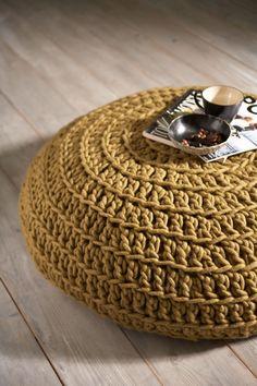 Poef gehaakt van dikke pure wol, met leren onderkant. Deze gehaakte poef staat voor; puur, basic, comfort en behaaglijkheid. Waanzinnige eye-catcher in je huis. De natuur is qua kleurkeuze en materiaalgebruik een belangrijke bron van inspiratie. www.molitli.nl