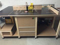 Ich hatte in meiner Werkstatt bereits eine kleine Tischfräse, welcher jedoch ein Schiebetisch fehlte und eine Abricht- und Dickenhobelmaschine, jedoch fehlte mir eine Kehlmaschine. Erst wollte ich mir einen Kehlmaschinentisch bauen, ergänzte das ganze aber dann zu einem Multifunktionstisch, in welchem alle Standmaschinen untergebracht werden können. Das Untergestell ist aus Kantholz (Tanne)...