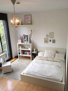 Lichtdurchflutetes Schlafzimmer Mit Weißem Holzbett Und Dielenboden. # Schlafzimmer #Einrichtung #bedroom #Holzbett