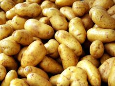 إستخدامات مذهلة للبطاطس  - تعرف إن البطاطس من الأغذية المهمة التي تحتوي على مجموعة كبيرة من الفيتامينات والمواد الغذائية المرتفعة القيمة لكن كلنا منعرفش غير الإستخدامات التقليدية للبطاطس لكن المختلف إن البطاطس ينفع نستخدمها في تلميع الفضيات وغيرها كتير من الإست