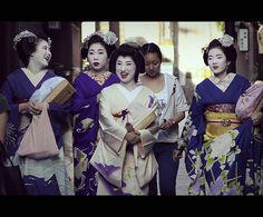 Funny Maikos & Geikos (Kyoto, Japan) - http://www.1pic4u.com/2014/05/14/funny-maikos-geikos-kyoto-japan/