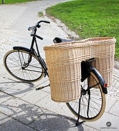 How they used to deliver bread door to door, in the old days - Bicycle Wicker Bread Basket Bicycle Store, Urban Cycling, Cargo Bike, The Old Days, Cool Bikes, Motors, Straw Bag, Wicker, Berlin