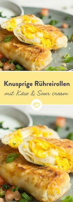 Hier hat sich goldgelbes Rührei mit würzigem Käse in kleinen Teigtäschchen versteckt, die zusammen mit kühler Sour Cream einen kleinen, leckeren Snack ergeben.